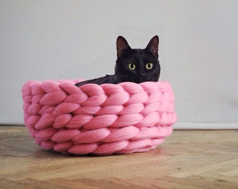 корзинка для кошки связанная гигантской пряжей