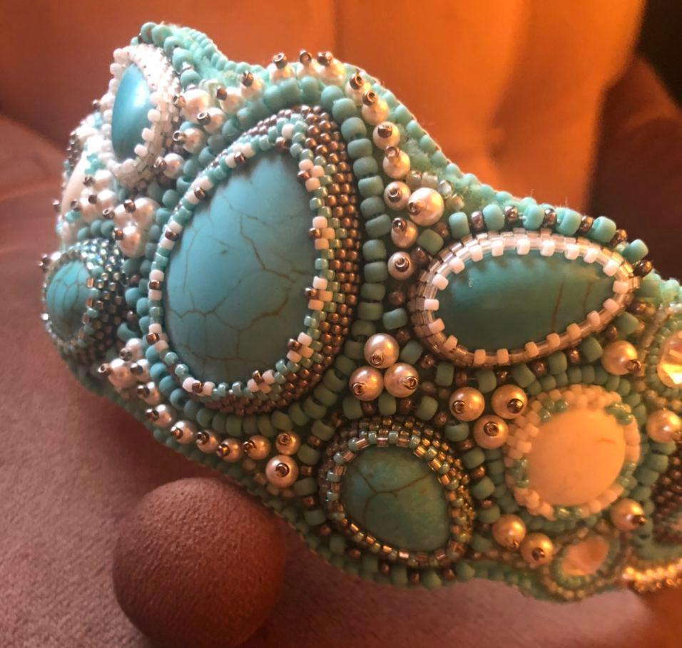 украшение ручной работы из бисера и камней